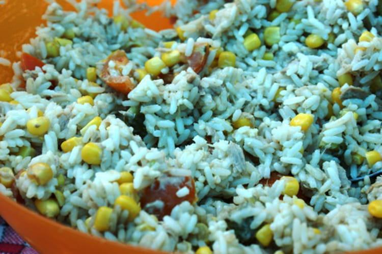 Salade de riz au thon, œufs durs et tomates cerises