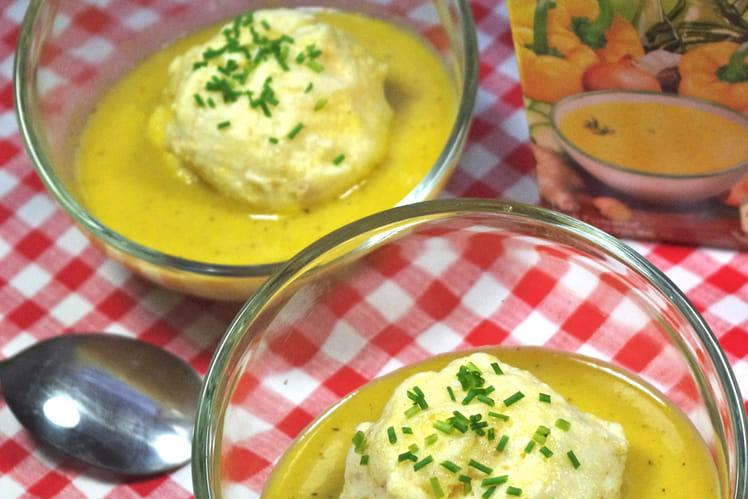 Iles flottantes au curcuma sur Soupe Froide de Poivron Doux & Épices Alvalle