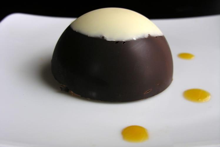 Dôme aux chocolats sur dacquoise à l'orange