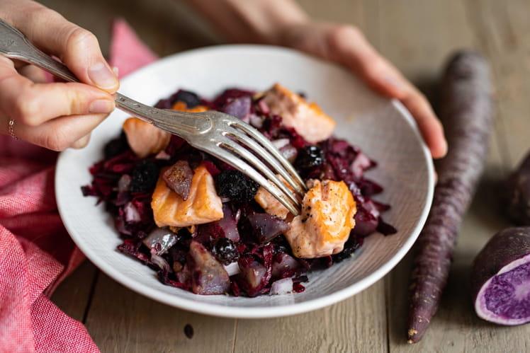 Salade de saumon grillé, vitelottes, betterave et mûres séchées