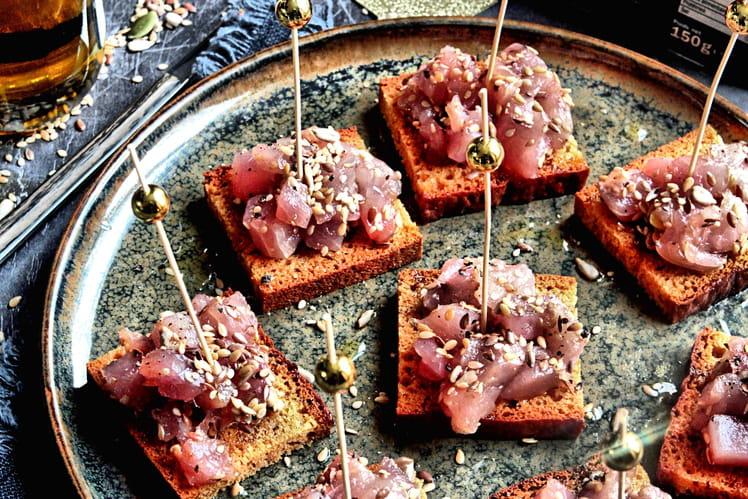 Canapés de pain d'épices au thon cru
