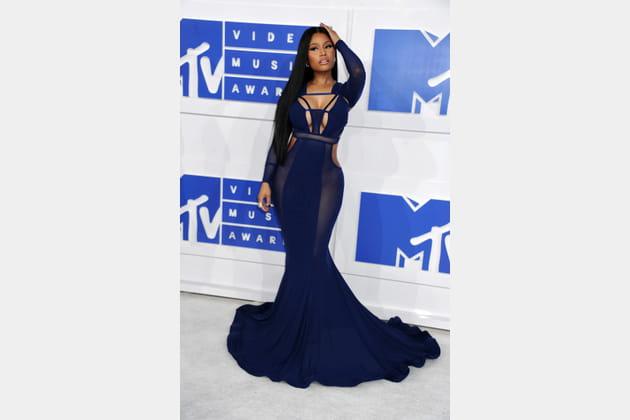 Nicki Minaj en robe sirène bleu nuit