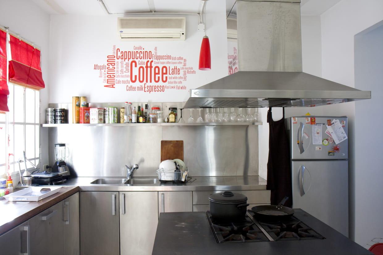 une cuisine 100 inox. Black Bedroom Furniture Sets. Home Design Ideas