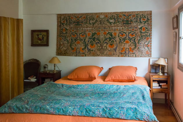 Une chambre orangée qui mixe les styles