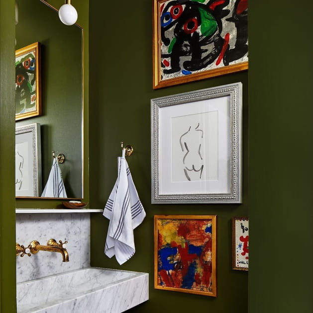 Du vert kaki aux murs dans les WC