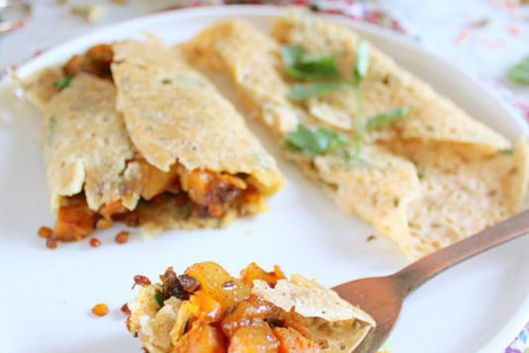 Crêpes indiennes salées Rava Dosa garnies de patate douce et lentilles corail masala, et chutney de mangue aux épices