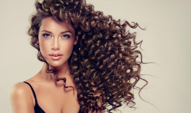Quelle coupe pour les cheveux longs frisés?