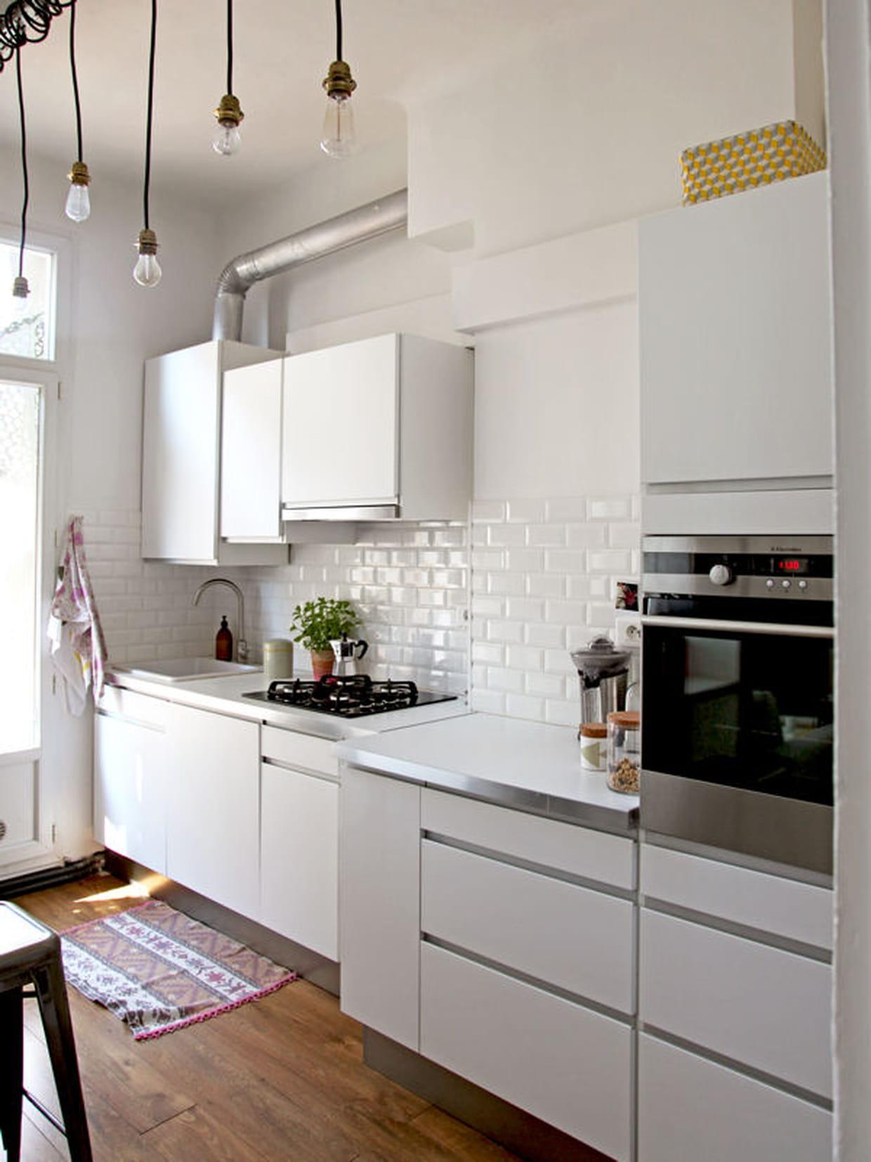 Une cuisine tout en blanc et en simplicit for Decorer cuisine toute blanche
