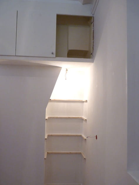 Des étagères dans le mur