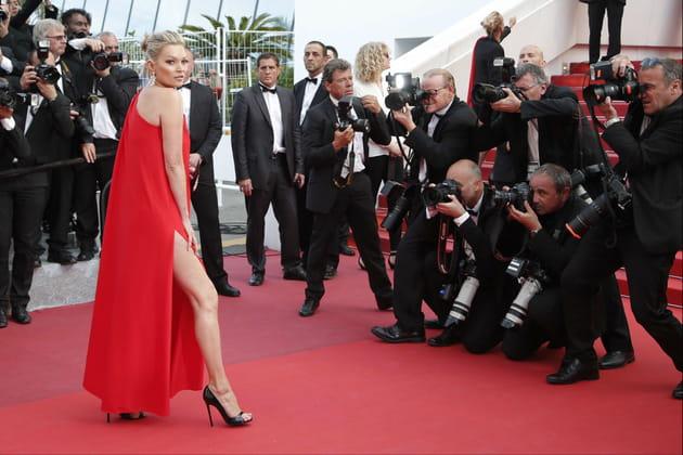 Kate Moss, jambe à l'air