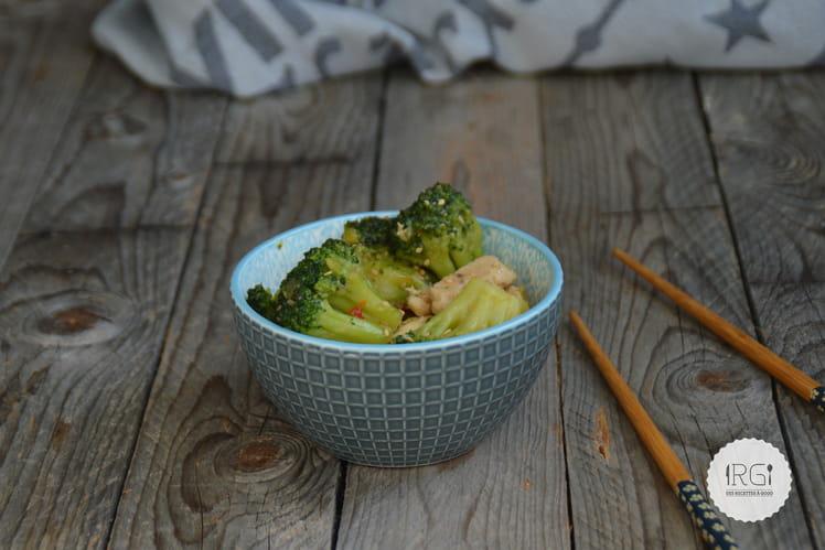 Poêlée de brocolis, dinde et sésame