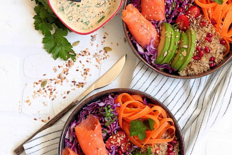 Poke Bowl au saumon fumé, quinoa, grenade, chou rouge et carottes