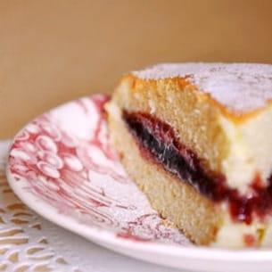 gâteau léger et moelleux, garni de confiture de framboises