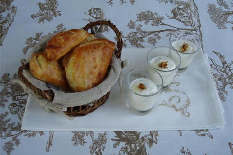 Petits chaussons aux pommes et confiture de lait, verrines au fromage blanc, miel et noix