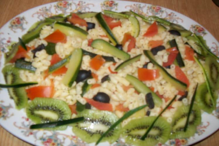 Coquillettes aux légumes et kiwis.