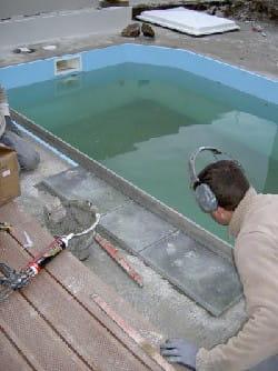 les margelles de cette piscine ont été taillées sur mesure.