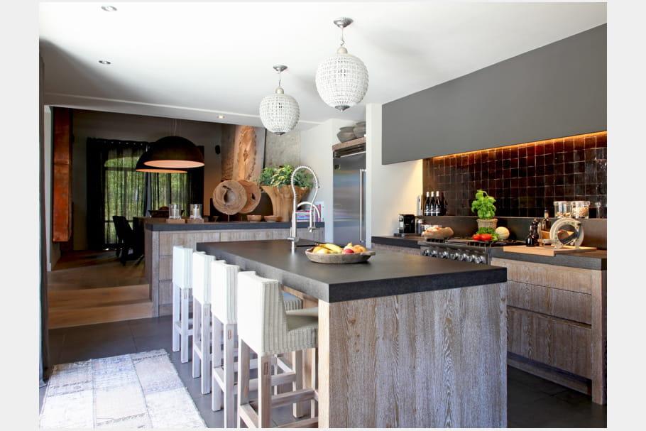 une cuisine ouverte en enfilade. Black Bedroom Furniture Sets. Home Design Ideas