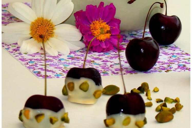 Cerises noires au chocolat blanc, pistaches