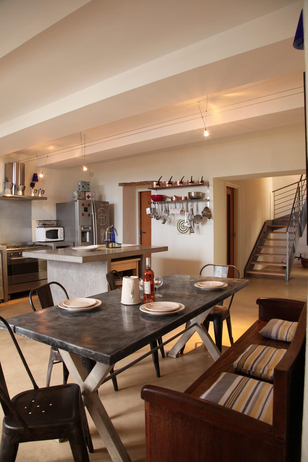Une cuisine grise, moderne et chaleureuse