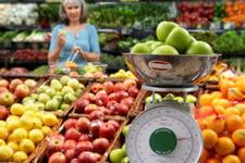 le diététicien aide ses clients à choisir et à combiner leurs aliments.
