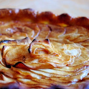 tarte aux pommes, crème d'amande, caramel salé