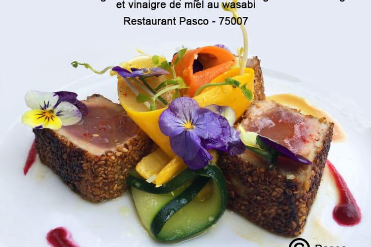 Tataki de thon rouge aux sésames, tagliatelles de légumes à la mangue et vinaigre de miel au wasabi