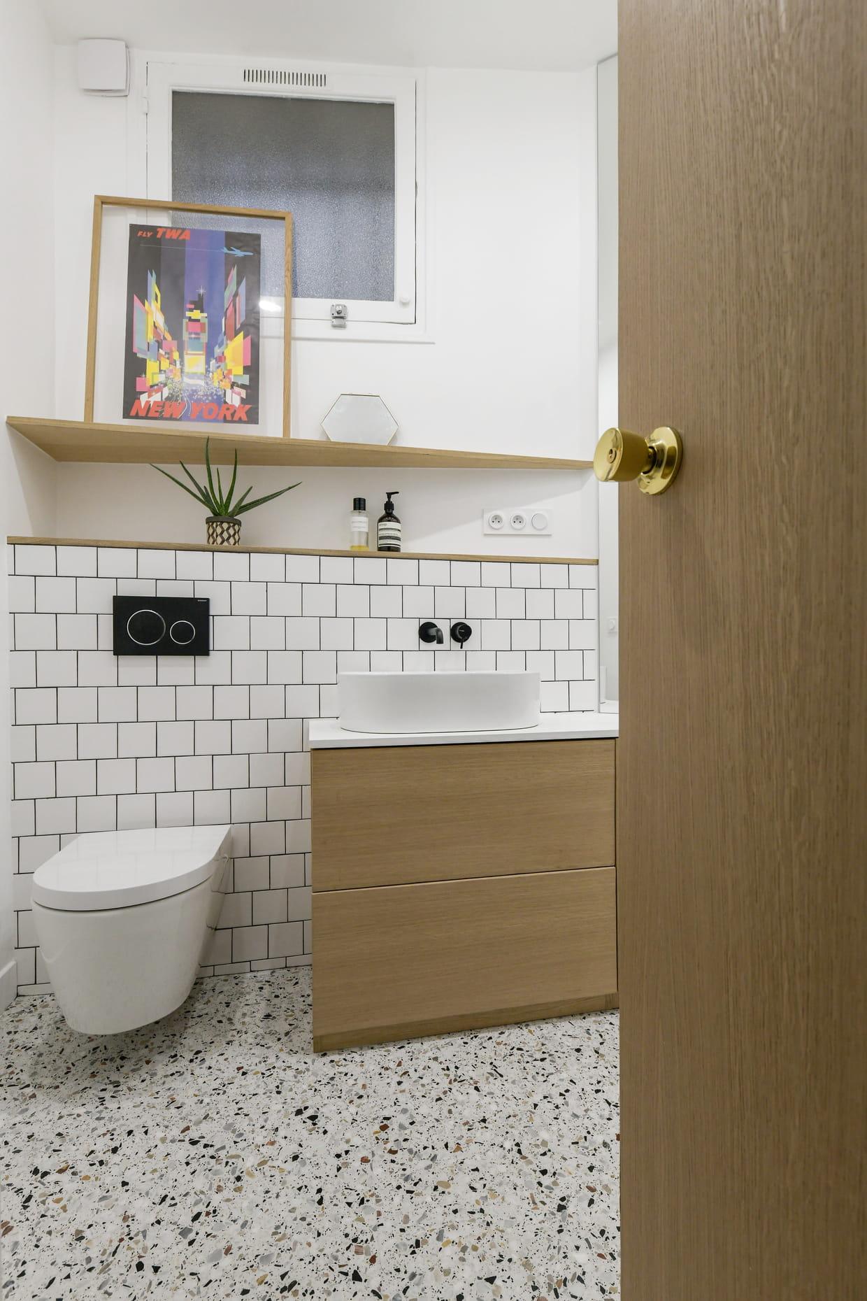 Des WC entre terrazzo et carrelage de labo