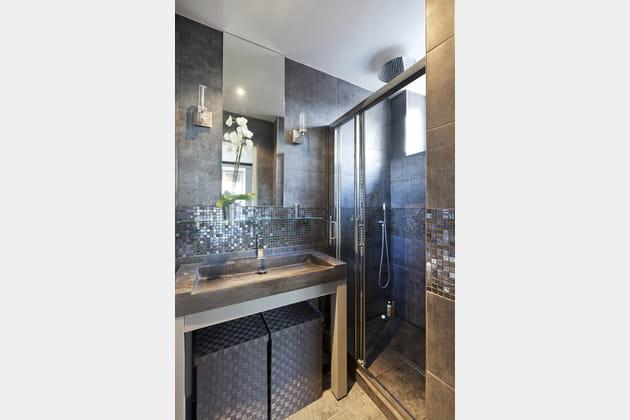 Petite salle de bains grise et lumineuse