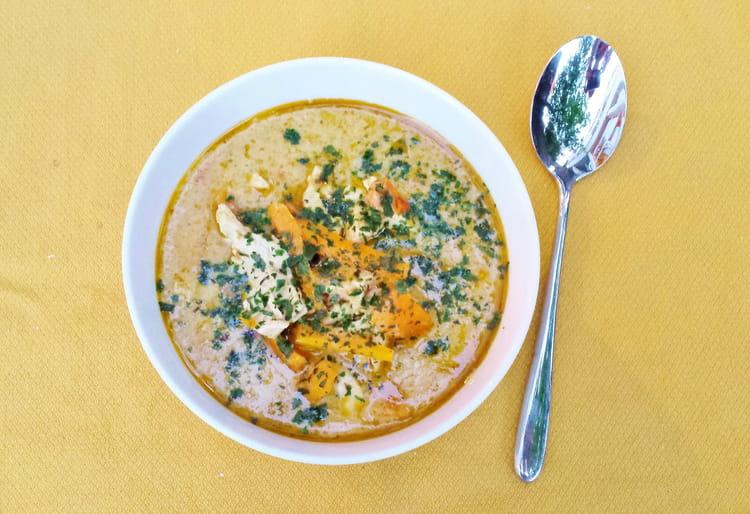 Soupe De Poulet Au Curry Vert Et Lait De Coco