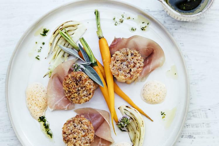 Saint-Jacques en croûte de jambon cru Aoste, fenouil grillé, carottes glacées, émulsion de corail et huile d'aneth