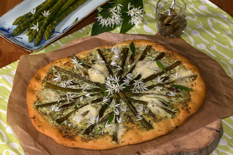 Pizza aux asperges vertes, ricotta et ail des ours