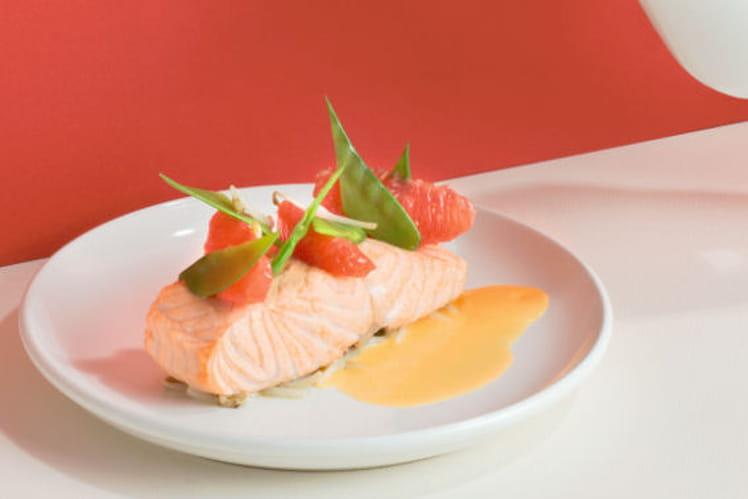Pavé de saumon poché au pamplemousse de Floride, soja et pois gourmands