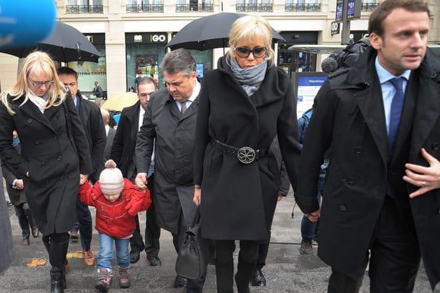Emmanuel Macron et Brigitte Macron rendent hommage