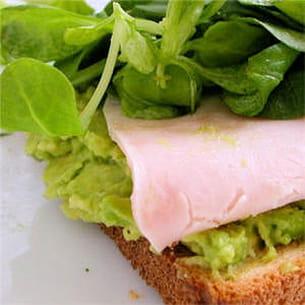 sandwich à l'avocat.