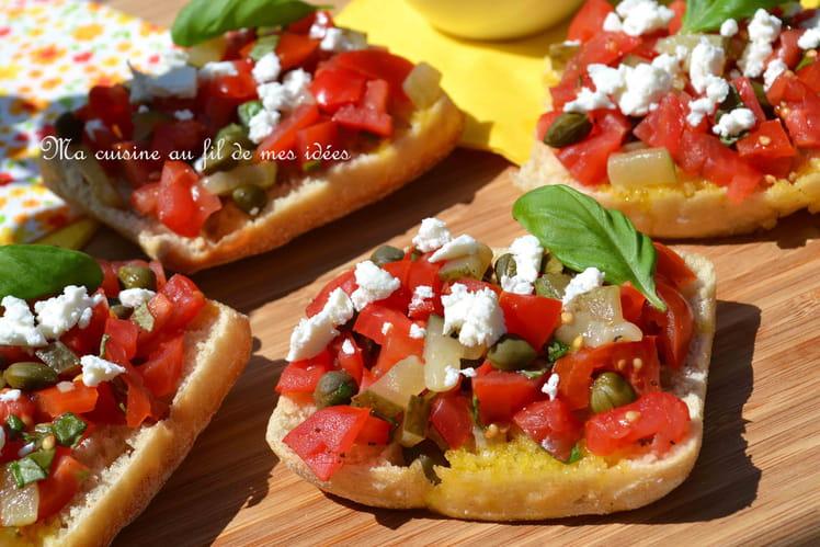 Bruschettas à la salsa de tomates, cornichons, câpres et feta