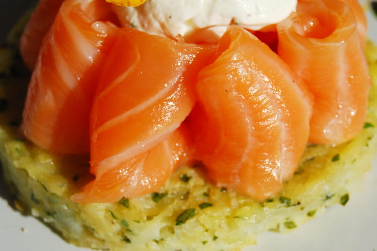 Galette de panais, saumon mi-cuit, chantilly à la ciboulette et jus de persil