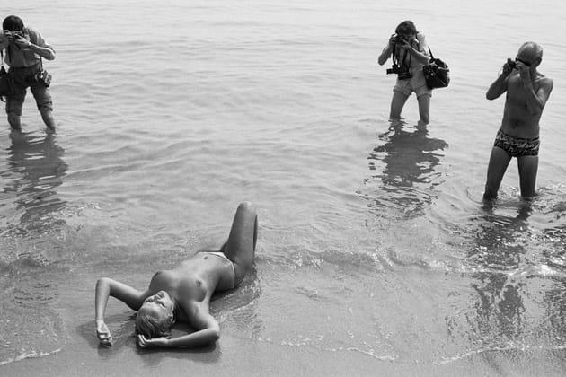 Starlette nue dans les vagues
