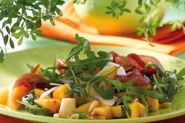 Salade de roquette aux pêches, bressaola et provolone