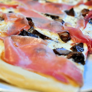 pizza à la scarmorza fumée et au jambon serrano