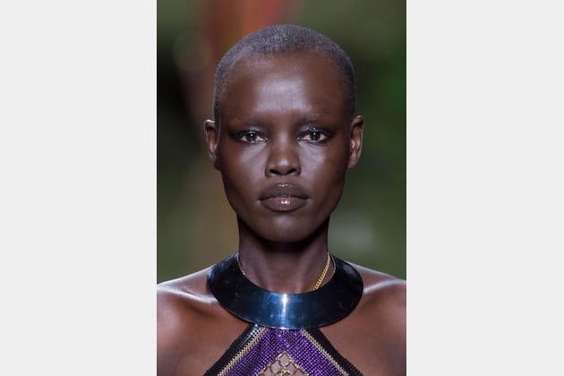 Le collier ras-le-cou ethnique rigide du défilé Balmain