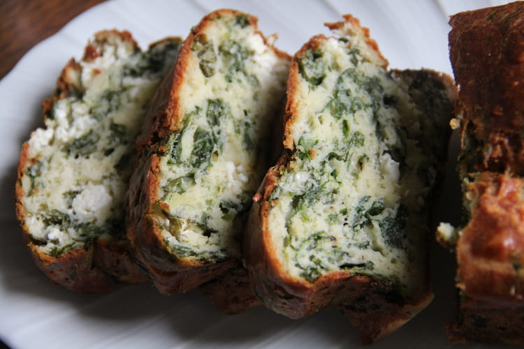Cake aux épinards, oignons, feta et aneth façon spanakopita