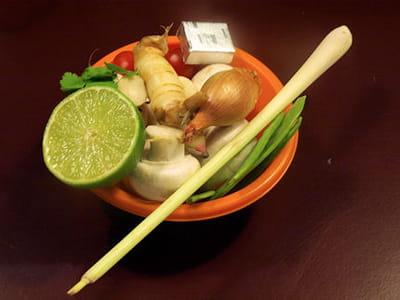 les ingrédientsde de la soupe aux champignons et à la citronnelle thaïe