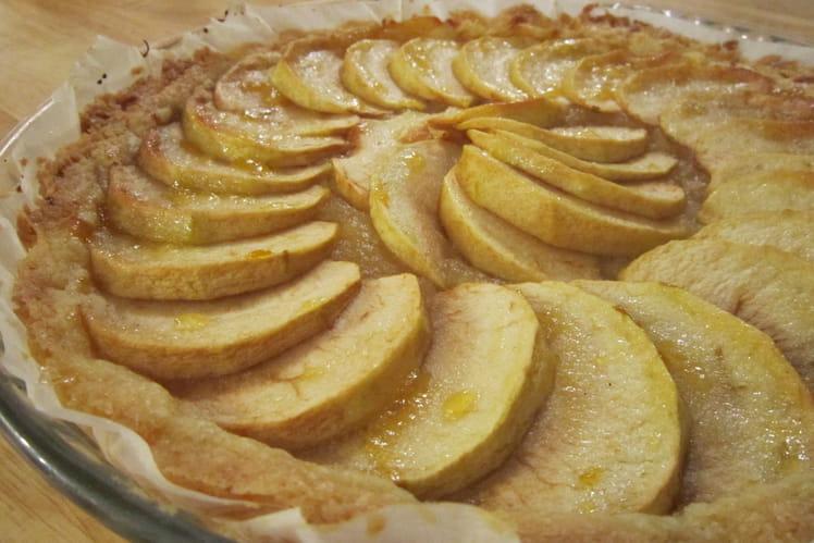 Tarte aux pommes croustillante à la confiture d'abricots