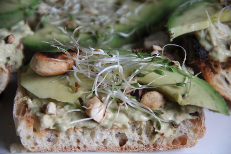 Tartines de thon, fromage frais et avocat aux graines germées