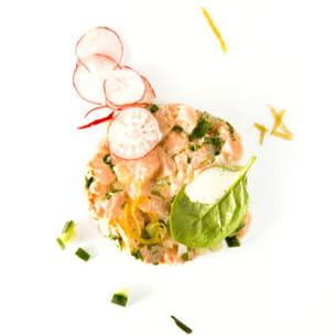 tartare de saumon, émulsion de thé vert sencha ariake, julienne de citron confit