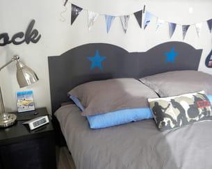 la tête de lit terminée et fixée derrière le lit