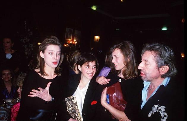 Charlotte Gainsbourg entourée de sa demi-soeur Kate Berry, Jane Birkin et Serge Gainsbourg, 1986