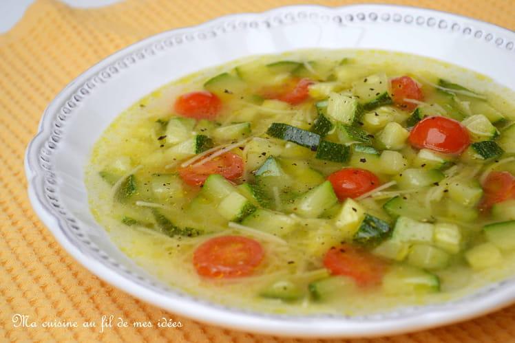 Bouillon express aux courgettes et tomates cerise, épicé au curry