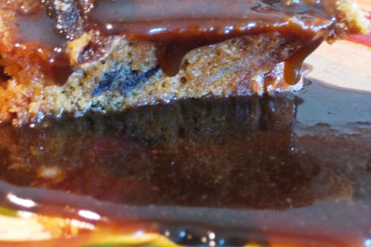 Gâteau aux dattes et sauce chaude à la cassonade
