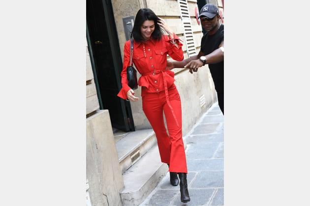 Kendall Jenner en tenue rouge et boots noires à talons